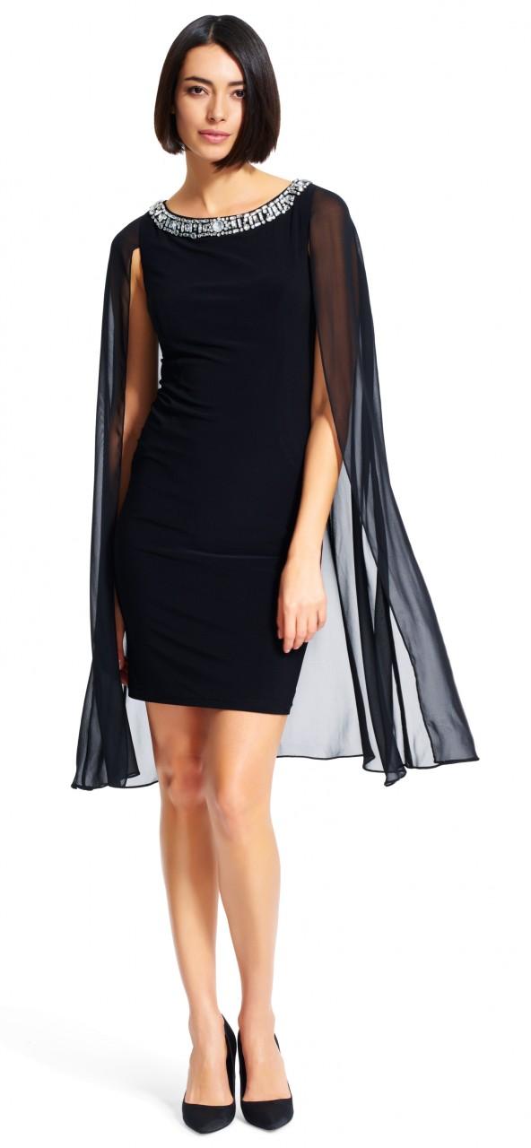 Vestido ajustado con capa y un cuello redondo