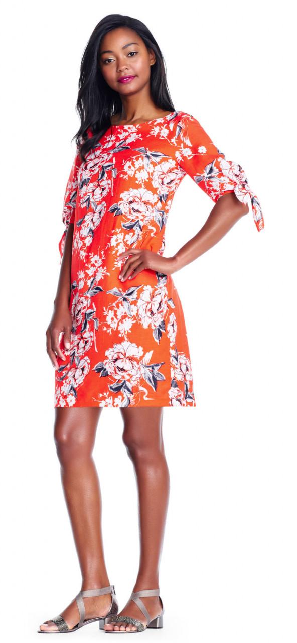 Vestido de tubo floreado con mangas cortas.