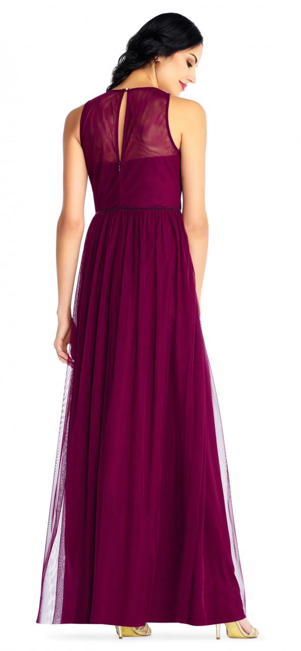 vestido bordado con aplicaciones de filigrana y escote en V transparente