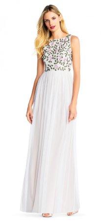 Vestido largo de tul con románticas aplicaciones de cuentas con figuras de flores
