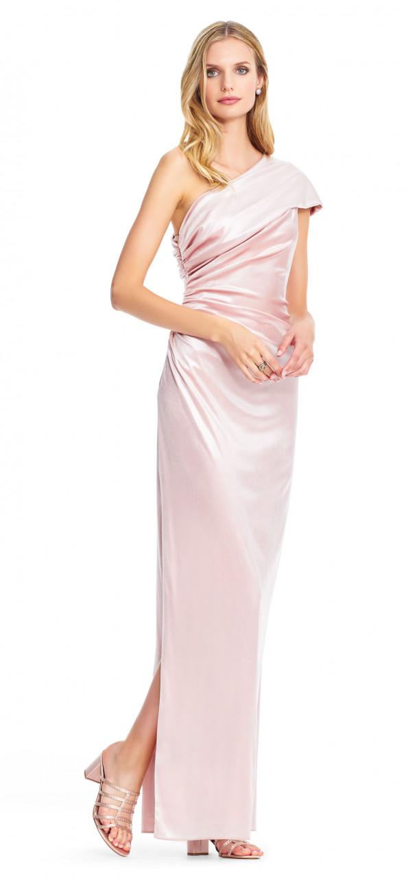 Vestido columna de un hombro con drapeado asimetrico
