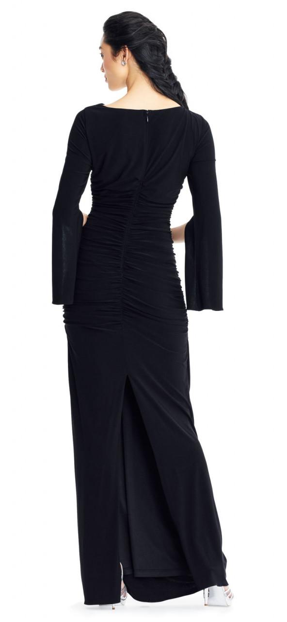 Vestido columna con mangas largas abiertas