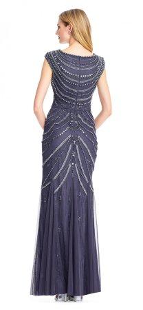 Vestido de noche corte sirena adornado con aplicaciones