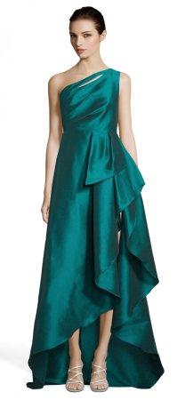 Un vestido alto hasta los hombros con falda con volantes