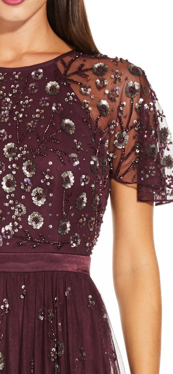 Vestido de tul con cuentas florales con mangas de aleteo y espalda abierta