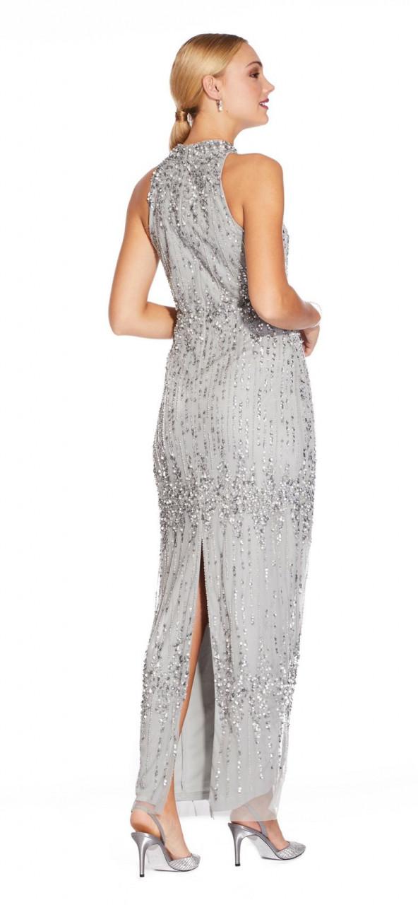 Vestido de columna con cuentas y cuello medio