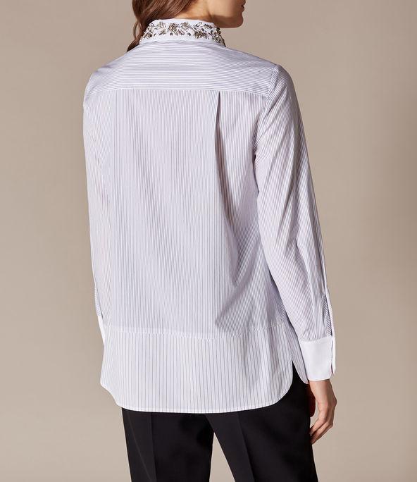 Camisa con cuello adornado