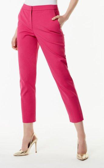 Pantalones entallados llamativos