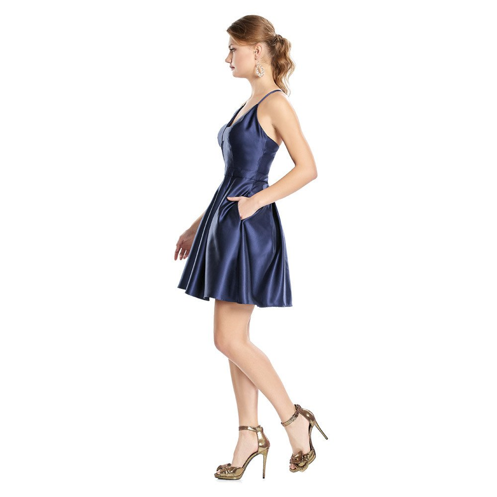 Maggi vestido corto en acabado brillante con corte en frontal y escote profundo.