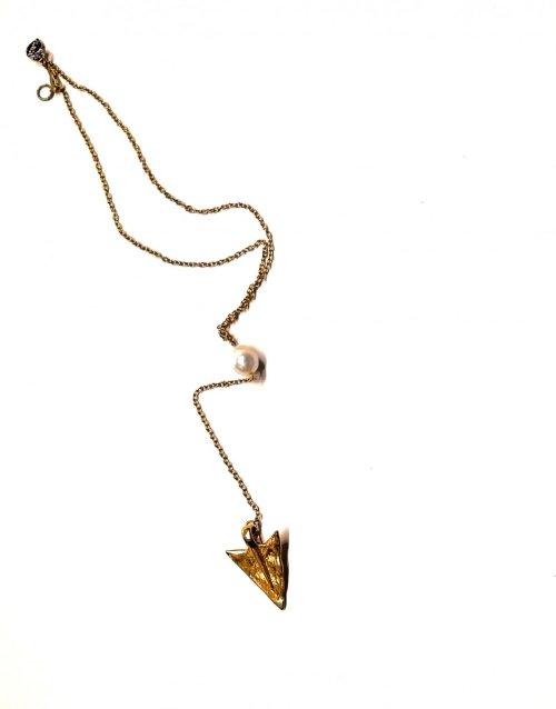 Collar de Flecha y perla. Chapa Oro Perla